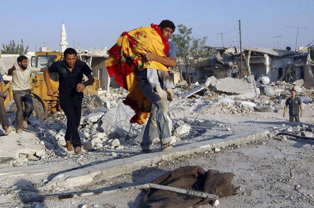 Enfant mort sorti des décombres de sa demeure à Azaz (Août 2012)