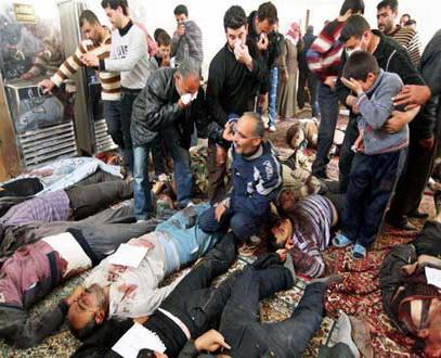 Résidents devant les corps de leurs proches massacrés à Darayya (Août 2012)